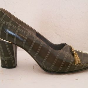 size 4.5 green alligator embossed shoes 1960's